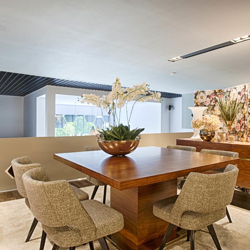 sala-jantar-mesa-madeira-cadeira-estofo-cinza-lacado-preto (1)